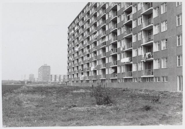 026345 - Achterzijde van een flat aan de Mascagnistraat halverwege 1972