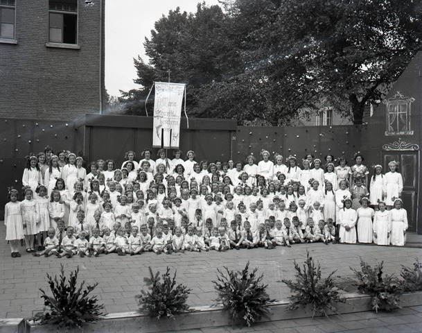654866 - Religie. Kinderen van het kindertehuis Maria Goretti.