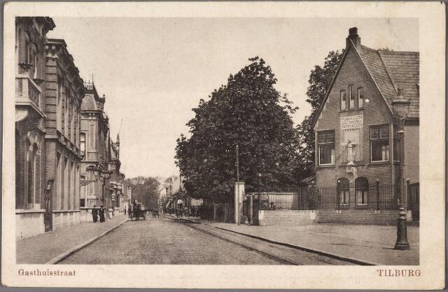 011054 - Gasthuisstraat, nu Gasthuisring met rechts het magazijn voor kerkelijke sierraden, ornamenten  en miswijn van de firma  Verbunt-van Dijk.