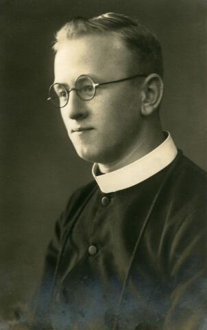 071514 - Cornelis Josef Maria Korremans, geboren te Tilburg op 5 september 1912 zoon van Petrus Nicolaus Korremans en Catharina van Beurden. Hij trad in bij de fraters van Tilburg, waar hij op 15 augustus 1934 geprofest werd. Zijn kloosternaam was frater M. Reinoldus. Hij overleed te Eindhoven op 20 juli 1995.