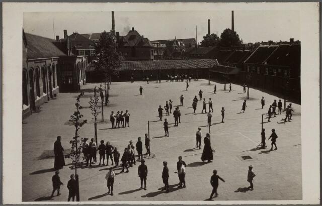 011203 - Speelplaats van de r.k. jongensschool St. Jan aan de Kasteeldreef. Deze school was een van de parochiescholen voor jongens op het Goirke onder leiding van de fraters. Rechts de Kasteeldreef, op de achtergrond de Goirkestraat.