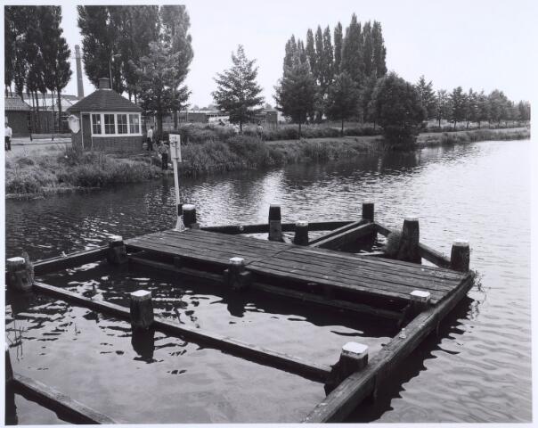 020629 - Wilhelminakanaal ter hoogte van de Havendijk in 1981. Links het brugwachtershuisje. Tussen de bomen links de schoorsteen van AaBe Wollenstoffen-en Wollendekenfabrieken.