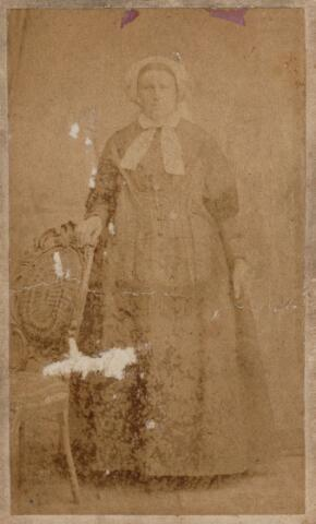049731 - Tilburgse klederdracht. Onbekende vrouw uit de arbeidersstand.
