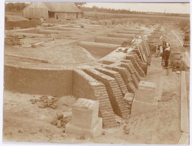 039579 - Bouw oven steenfabriek firma Claesen aan de Lovense Kanaaldijk.