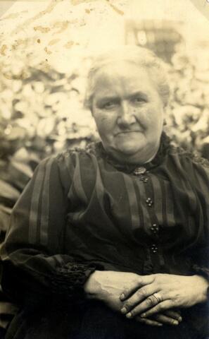 600496 - Adriana Smulders, geboren op 6 september 1858 te Oisterwijk als dochter van Peter Smulders en Adriana Michels. In 1883 huwde zij te Tilburg met molenmaker Josephus (Jos) Matthijssen. Na het overlijden van haar man in 1904 werd Adriana de molenaarster van de molen aan de Elzenstraat. Later werd zij opgevolgd door haar zoon Petrus. Adriana overleed in 1936 te Tilburg
