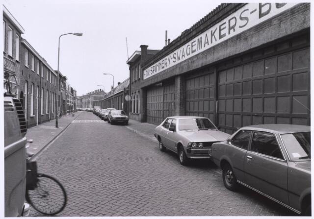 022713 - Textiel. Hoogvensestraat gezien in de richting Prinsenhoeven, met rechts een deel van spinnerij Swagemakers - Bogaerts. De fabriek werd in 1982 afgebroken