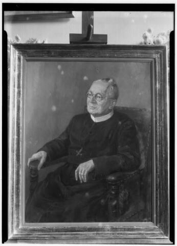 050861 - 100 jaar bestaan van de kweekschool. Geschilderd portret van superior generaal frater Farcisio door Jan van Delft.