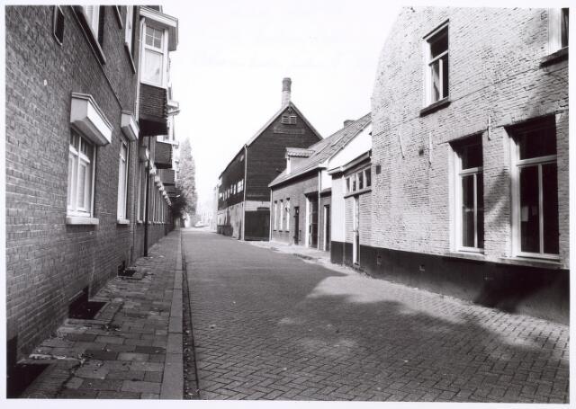 017873 - Dr. Nolenstraat, met rechts de karakteristieke chroomlederfabriek Schenkers, die gevestigd was aan het Wilhelminapark