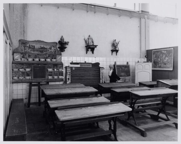 103872 - Tentoonstelling. Het museum. 'Scryption' voor schrift-schrijven en schrijfmachines, is bijeengebracht door frater Ferrerius van de Berg (1915-1997). Vanaf 1988 was hij directeur van de stichting Schrift en Schrijfmachine Museum. Gedurende vele jaren werd de enorme verzameling opgeborgen op de zolder van het Moederhuis aan de Gasthuisstraat(ring). Een gedeelte werd opgeslagen in  een hal van textielfabriek A. & N. Mutsaerts gelegen in dezelfde straat / hoek Phillip Vingboonstraat. Rond 1982 is het Scryption ondergebracht bij het Natuurkundig museum dat al  eerder werd ondergebracht in de gebouwen van de ambachtschool aan de Spoorlaan. Hier dependance Gasthuisring.