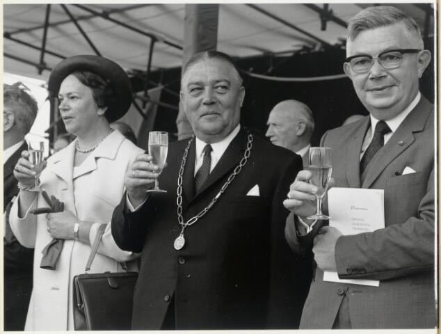 91669 - Made en Drimmelen. Toost tijdens de officiële opening van Jachthaven De Biesbosch. In het midden (met ambtsketen) Burgemeester Cees (C.W.) Smits - KVP-er (1965 - 1975)