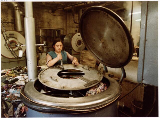038128 - Textielindustrie. Interieur van de Firma Wolkat, lompengroothandel.