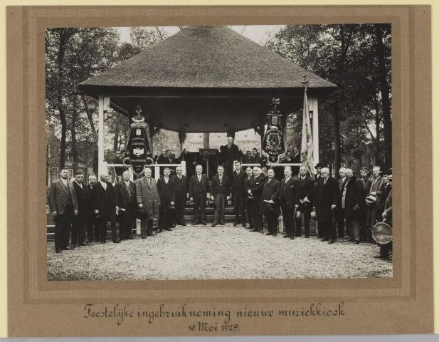 075496 - In gebruikname van de muziekkiosk op de Lind op 18 mei 1929. links op de kiosk zitten de Oisterwijkse Liedertafel zang en vriendschap anno 24-06-1924, rechts zit de Koninklijke Vereniging 'Asterius' Oisterwijk.