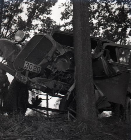 654679 - Persfoto. Auto-ongeluk. Flinke schade; auto tegen boom.