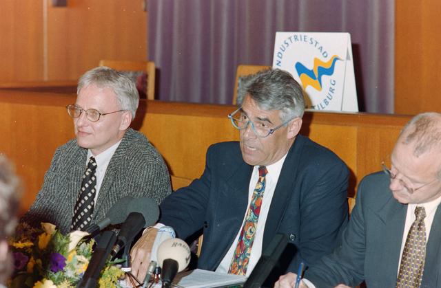 1237_001_002_010 - Politiek. Bestuur. In het midden Johan Stekelenburg, burgemeester van Tilburg van 1997 tot 2003. Links wethouder Wim Luijendijk.