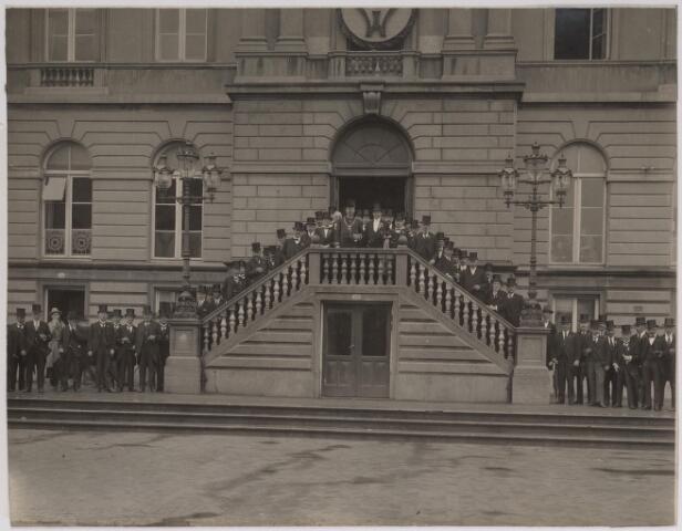 042629 - Plaatselijke notabelen onder aanvoering van burgemeester Vonk de Both poseren in september 1923 op de trappen van het stadhuis na de officiële ontvangst van verscheidene comités die hadden meegewerkt aan de viering van het 25-jarig regeringsjubileum van koningin Wilhelmina. Onder de aanwezigen bevonden zich onder andere Lambert de Wijs, wethouders Van Rijzewijk en Van Rijen, Piet van Haaren (NCB) en Karel Bodde (KAB). Naar al deze genoemde personen is in Tilburg een straat vernoemd