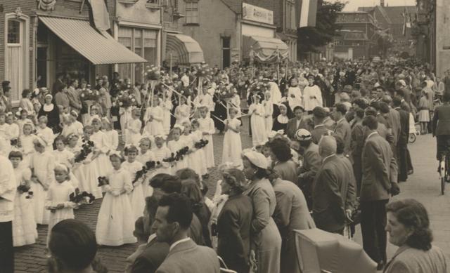 653329 - Parochie Gasthuisring. Debruidjes in de processie ter ere van de overbrenging van het Allerheiligste van de oude kerk naar de nieuwe. De Gasthuisstraat (nu: de Gasthuisring) bij de kruising van de Philips Vingboonstraat