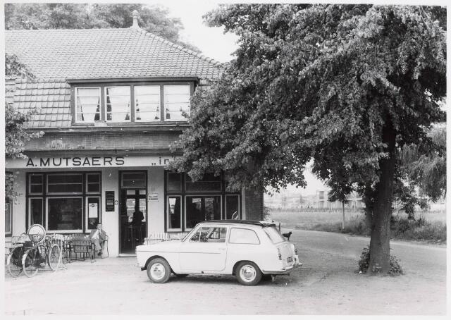 034161 - Vooraanzicht café A Mutsaers in 't Zand aan de Vijverlaan 2; ook genaamd Boerke Mutsaers