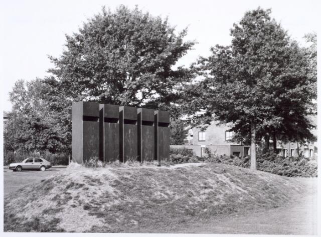 017962 - Kunstwerk Stadswal met wachters, in 1981  vervaardigd door Tine van de Weyer aan de Edisonlaan, in opdracht van de gemeente Tilburg.