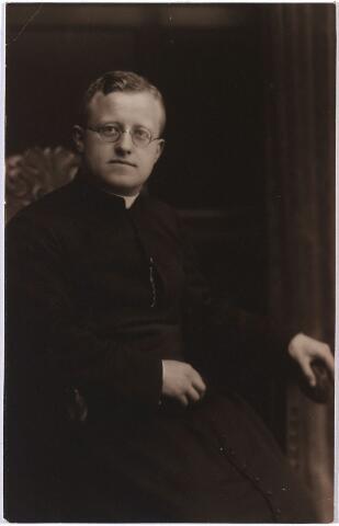 004946 - Alphonsus Joannes Henricus KNEGTEL (Tilburg 1902 - Den Bosch 1946) werd priester gewijd in 1927. Was kapelaan in Oss (1927), Den Bosch, St. Jacob (1928) en kapelaan van de Kathedrale Basiliek van St. Jan in Den Bosch (1939). Hij was een zoon van tabakshandelaar Petrus Hubertus Knegtel (Tilburg 1847-1921) en Antoinette Johanna van Loon (Lage Mierde 1860 - Tilburg 1931).