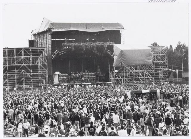 043421 - Op 4 september 1988 vond in het stadion van Tilburg muziekevenement plaats getiteld 'Monsters of Rock'.