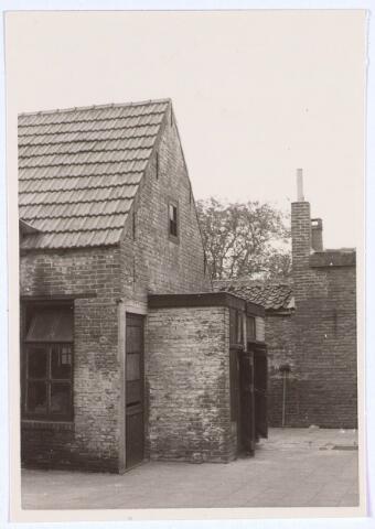 020536 - Toiletten op de binnenplaats van het pand Hasseltstraat 59 in 1963