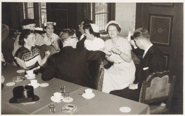 047326 - De familie Elsen na de buitengewone raadsvergadering t.g.v. de installatie van G.L. Elsen tot burgemeester van Goirle. Foto genomen in het gemeentehuis aan de Kerkstraat.