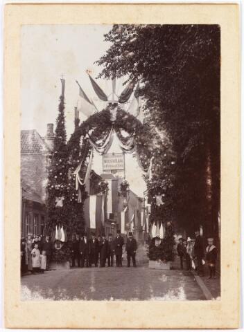 009971 - Ereboog tot ontvangst van de bisschop van 's-Hertogenbosch geplaatst aan de Spoorlaan t.g.v. de voltooiing en consecratie van de Heuvelsekerk op 3 juli 1889