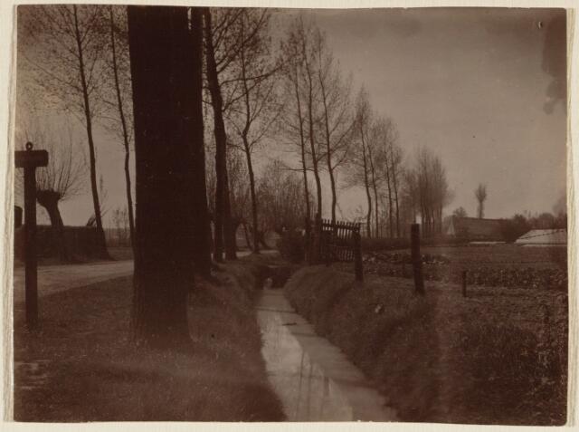 101707 - Bouwlingstraat in zuidelijke richting vanaf de Ridderstraat; rechts het toegangshek naar de tuinderij Spekenbrink en rechts op de achtergrond boerderij Lieneke Princee