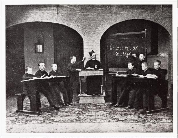 007803 - Onderwijs. De klas van Henricus F. Rutten (1873-1904) in het Missiehuis op de Veldhoven. Bij het bord staat Henri, hij is dan twaalf jaar. De professor is pater P. Jean Baptiste.