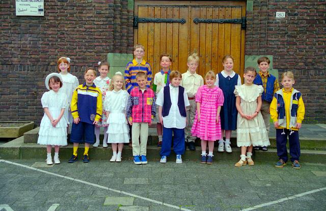655327 - Eerste Heilige Communie viering in  de Tilburgse Sacramentskerk in de wijk Armhoef op 12 mei 1996.