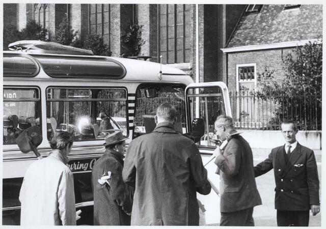 031894 - Spoorwegen: Eerste spade nieuw station aan de Spoorlaan (journalisten nemen plaats in de bus)