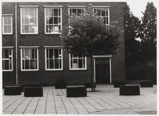 """067689 - Vormgeving van de speelplaats van de VBO-school """"De Poort"""" (praktijkonderwijs) aan de Poirtersstraat 3A. Gemaakt door Michel SOMERS (geb. Vught 1949, woonpl. Den Bosch). Jaar van realisatie: 1982. Trefwoorden: Kunst in de openbare ruimte. Onderwijs."""