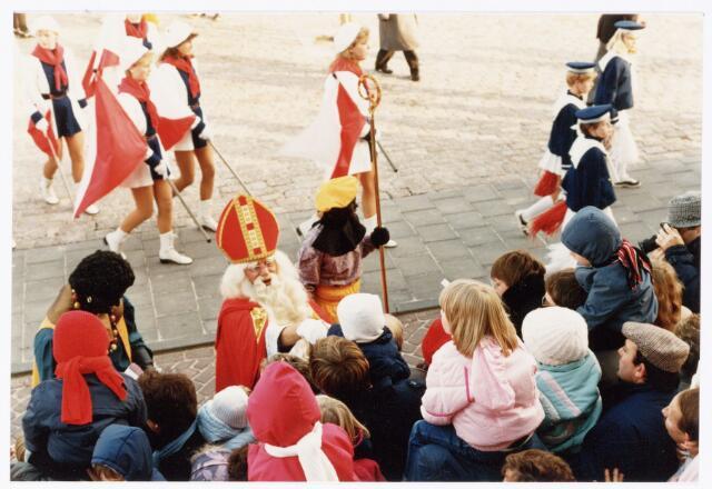 053248 - Intocht van St. Nicolaas op 17 november 1985. foto: aankomst bij Tamboerskade, opstelling majorettencorps en verwelkoming van Sinterklaas.