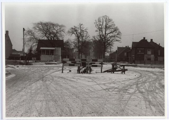 015958 - Bouw van een hefbrug over het Wilhelminakanaal door de firm P.C. Zanen  in 1954. De brug verving de baileybrug, die was aangelegd nadat de oorspronkelijke brug in de oorlog was vernield