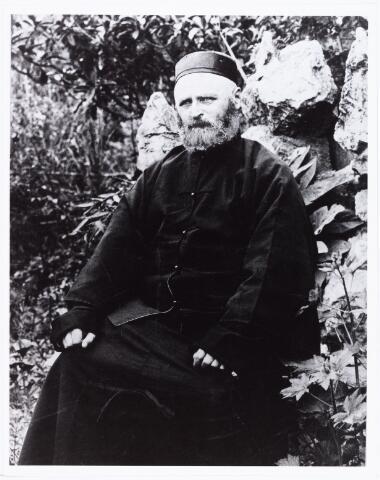007542 - Bernardus Hubertus Ooms, geboren te Tilburg op 1 februari 1856, zoon van dagloner Petrus Arnoldus Ooms en Johanna van den Berg. Op 18 april 1877 trad hij in bij de jezuïeten te Angers. Op 18 december 1878 vertrok hij naar China, waar hij aan het college van Zi-ka-wei (Shanghai) filosofie en chinees studeerde. Na zijn priesterwijding was hij als missionaris werkzaam in Shanghai en omgeving. Hij was er o.a. rector van een bejaardentehuis, bestuurd door de kleine zusters van de armen. In de Tilburgsche Courant publiceerde hij zijn 'brieven van den eerwaarde pater Bernardus Ooms'. Hij overleed te Shanghai op 2 februari 1931 (zie Tilburgsche Courant 3.11.1889, 10.9.1891, 31.3.1898, 24.7.1898, 27.11.1898,9.2.1899, 30.4.1899, 18.10.1900, 7.2.1901, 31.8.1927 en 8.12.1928 en 1931. N.T.C. 8.9.1913 en 17.7.1926, Roomsche leven 25.9.1926 en Relations de Chine, revue trimestrielle, Parijs 29e jaargang nummer 3 juli 1931) (reproductie; origineel niet in collectie aanwezig)