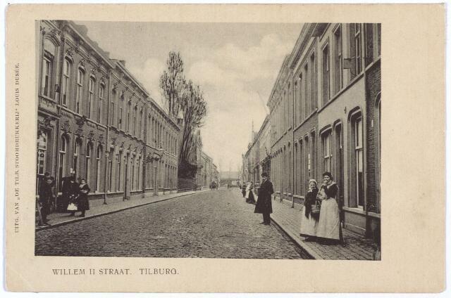 003008 - Willem II-straat tussen Tuinstraat en Spoorlaan. Geheel links een detail van het pand M1427, vanaf 1910 Willem II-straat 41, rond 1900 de boekhandel van M.G. Vattier Kraane. In het volgende pand, M1428, vanaf 1910 Willem II-straat 39, woonden de fotografen A. van Beurden en J.A. van Beurden. Fotograaf Adriaan van Beurden werd geboren in Tilburg op 25 maart 1843. Hij trouwde aldaar op 15 februari 1871 met Magdalena Margaretha Niederau, afkomstig uit Aken. Op 1 mei 1868 vestigde hij zich als fotograaf aan de Heuvelstraat, maar omstreeks 1869 verhuisde hij naar de Willem II-straat, toen nog Comediestraat geheten. Hij adverteerde met 'een geheel nieuwe inrichting en prachtige meubelen in het nieuwe huis naast de heeren Lion en Vattier Kraane'. In 1892 brak er brand uit in de 'photografische inrichting' van Van Beurden. Van Beurden mocht zich hofleverancier noemen. Rechts, achter de vrouw in klederdracht, pand N126, vanaf 1910 Willem II-straat 60. Hier woonde graanhandelaar Augustinus C. van Loon, geboren te Hooge en Lage Mierde op 26 september 1855 en overleden te Tilburg op 22 januari 1934. Hij was getrouwd met Maria Catharina van den Bosch. Later wonen in dit pand ook dochter Adriana J.J.M. van Loon, geboren te Tilburg op 13 februari 1892, weduwe van E.D.C.M. de Charro, en haar zoon Frederik N.A.M. de Charro, geboren te Tilburg op 12 november 1918.