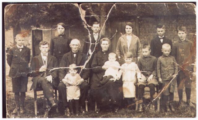 062032 - De familie Weijtmans, oorspronkelijk gewoond hebbende aan de Udenhoutseweg; woning is thans afgroken voor de nieuwbouw in de Besterd te Berkel