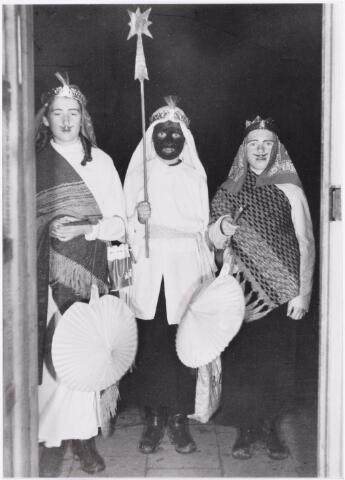 053099 - Driekoningen zingen. Foto 1954, op drie koningenavond gaan kinderen te Tilburg met verlichtte lampions of uitgeholde pronkappels langs de deuren onder het zingen van toepasselijke oude deuntjes. Foto: