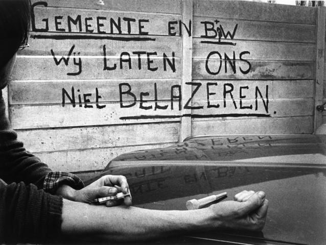 """1238_F0116 - Ontmoetingscentrum voor verslaafden de Slakkengang. """"Gemeente en B&W wij laten ons niet bedonderen""""."""