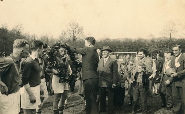 800115 - Sport. Voetbal. Voetbalvereniging R.K.S.V. Taxandria in Oisterwijk. Huldiging met R. van Amelsvoort.
