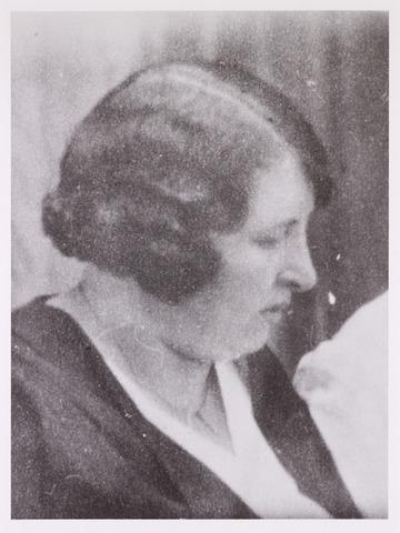 604519 - Leonia Constantia Hoepelman - Swijnen; werd geboren op 27 november 1894 in Lillo (België) en overleed op 20 mei 1945 in het consentratiekamp Ravenbrück.  De juiste datum van haar arrestatie is onbekend, maar ze werd opgepakt wegens overtreding van het 'luisterverbod'. Ze werd veroordeeld tot zes weken gevangenisstraf en kwam via Antwerpen en Vught terecht in Ravensbrück.