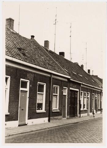 034115 - Voltstraat noordzijde op 6 october 1966. V.l.n.r. nr.37 destijds bewoond door ten Brink, nr. 35, bewoond door v.d.Wiel, nr. 33 Drukkerij Jama en nr. 31 bewoond door van Diesen.