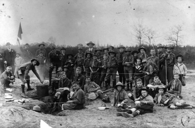 1709_0035 - Groep padvinders aan de maaltijd. Vrienden van Harry Franken tijdens zijn HBS dagen. Familie Franken-Donders.