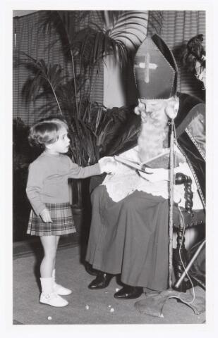038758 - Volt Oosterhout. Sint Nicolaasviering voor de kinderen van het personeel in 1959.Fabricage- of productie vond in Oosterhout plaats van april 1951 t/m 1967. Sinterklaas. St. Nicolaas