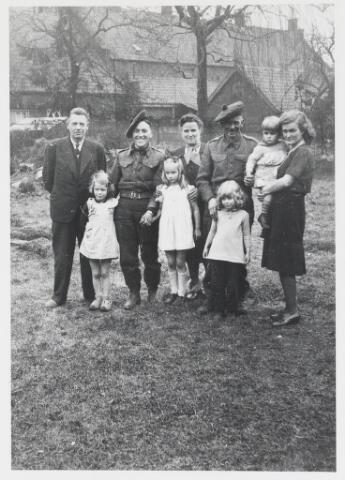 055627 - WOII; WO2; Hilvarenbeek, bevrijding, Engelse soldaten ingekwartierd bij familie Ruhe, 1944/45.