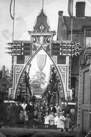 065812 - Versiering in de Telegraafstraat hoek Vreedepad ter gelegenheid van de diamanten bruiloft van het echtpaar Van der Weeg-Kennis. De krant wees op de prachtige verlichting door 500 electrische lampen, geschonken door de firma Blomjous van Glabbeek. De bruidegom, Henricus Jacobus van der Weeg, was molenaar van beroep. Hij werd geboren te Breda op 11 april 1837. De bruid, Anna Maria Petronella Kennis, werd geboren te 's-Hertogenbosch op 26 februari 1844.
