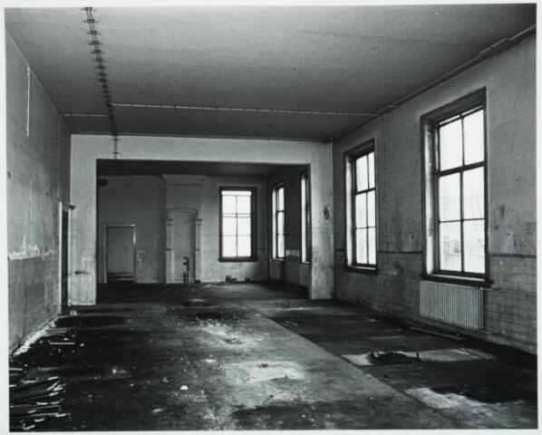 025385 - Interieur van het St. Josephgasthuis aan de Lange Nieuwstraat tijdens de sloop in 1977