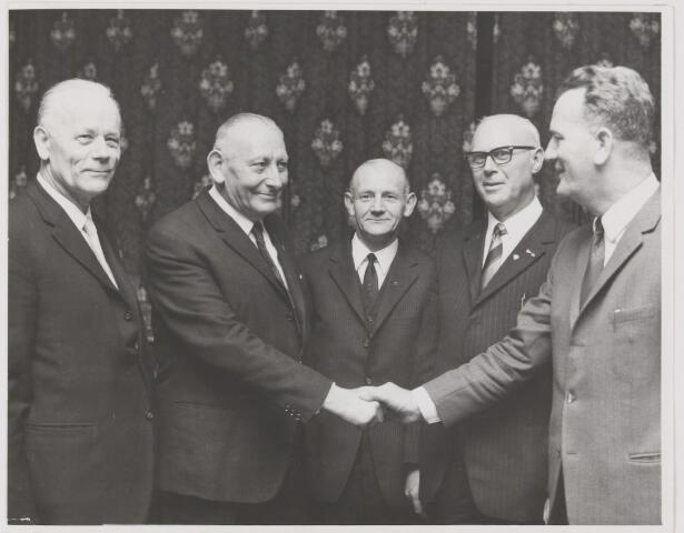 082189 - Vakvereniging. Jubilarissen van de N.K.V. vlnr J. vd Hout, J. Verschuren, W. Buijs, A. Noij en G. Jacobs