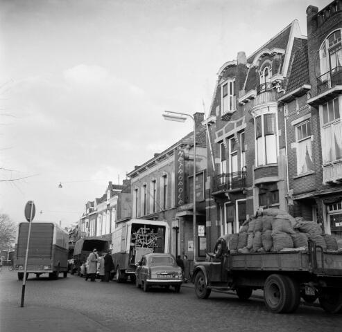 050622 - Brabants orkest. Transport voor concert in Metropool aan de Heuvel, auto + paard en wagen.