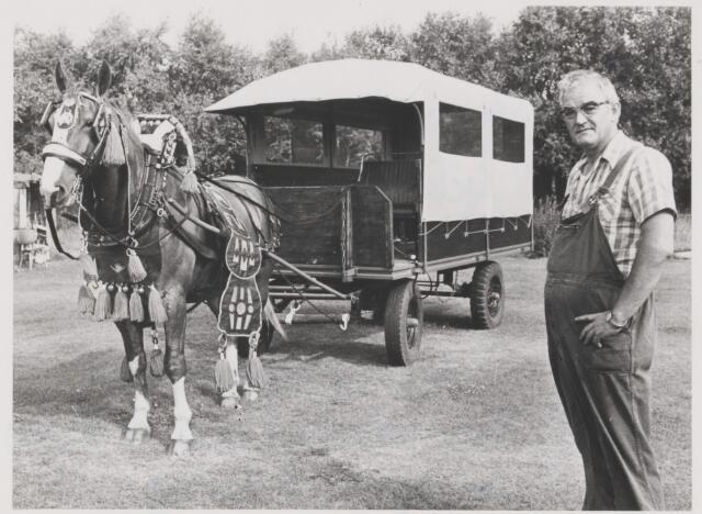 082074 - Paardensport. Aangespannen paardenclub te Rijen in oprichting. Op de foto Frans Wouters met zijn aanspanning